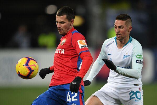 Защитник ЦСКА Георгий Щенников и форвард Зенита Роберт Мак (слева направо)