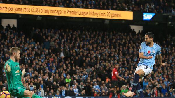 Голкипер Манчестер Юнайтед Давид де Хеа и хавбек Манчестер Сити Илкай Гюндоган (слева направо)