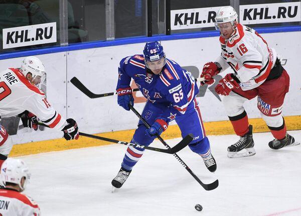 Наиль Якупов (в центре)
