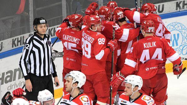 Хоккеисты Спартака радуются победе