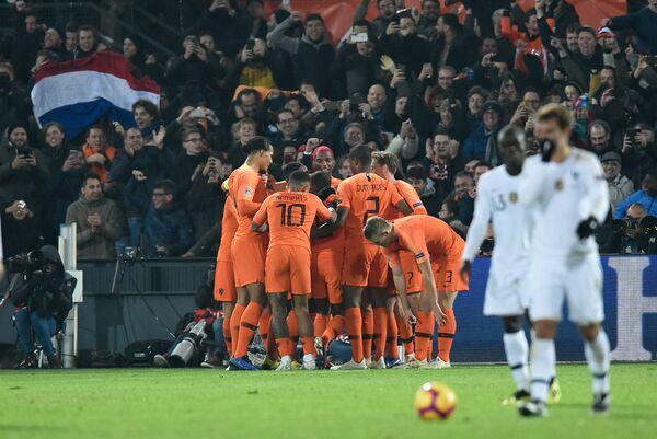 Футболисты сборной Нидерландоы радуются забитому мячу в ворота команды Франции