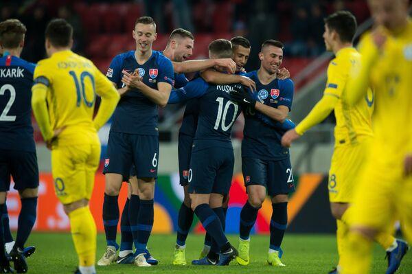 Футболисты сборной Словакии радуются победе над командой Украины