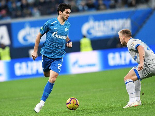 Хавбек Зенита Магомед Оздоев (слева) в товарищеском матче против Шальке-04
