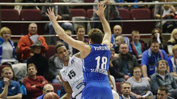 Игрок БК Зенит Евгений Воронов (справа) и игрок БК Доломити Энергия Жоау Гомеш