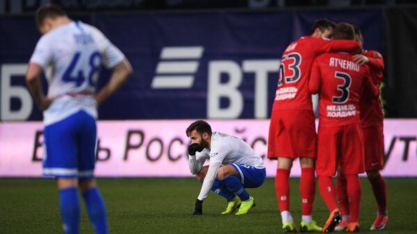 Игрок Динамо Мигел Кардозу и футболисты Енисея (справа)