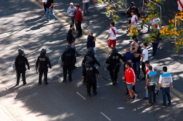 Сотрудники правоохранительных органов перед матчем Ривер Плейт - Бока Хуниорс