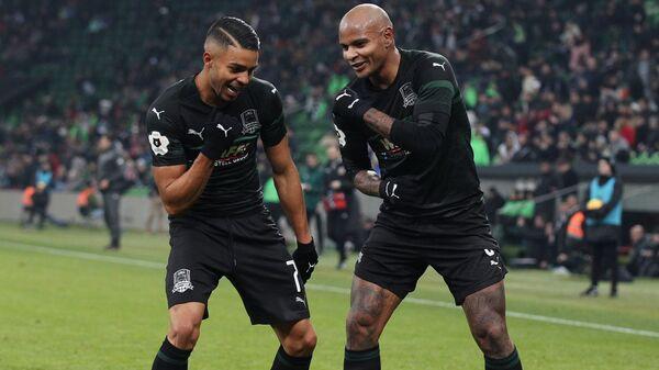 Футболисты Краснодара Вандерсон (слева) и Ари радуются забитому голу