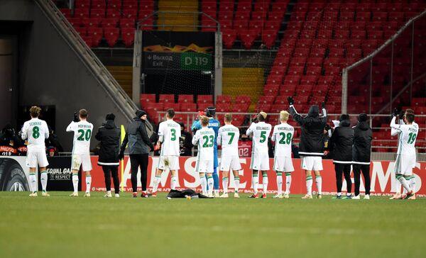 Футболисты Рапида приветствуют болельщиков