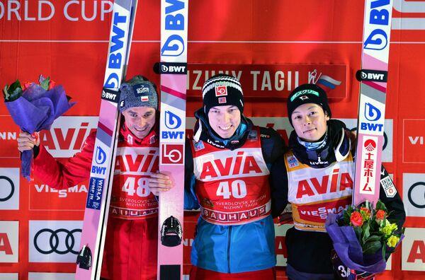 Слева направо: Петр Жила (Польша), занявший второе место, Йоханн Андре Форфанг (Норвегия), занявший первое место, и Рёю Кобаяси (Япония)
