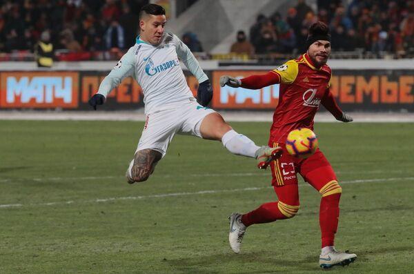 Форвард Зенита Себастьян Дриусси (слева) и защитник Арсенала Максим Беляев