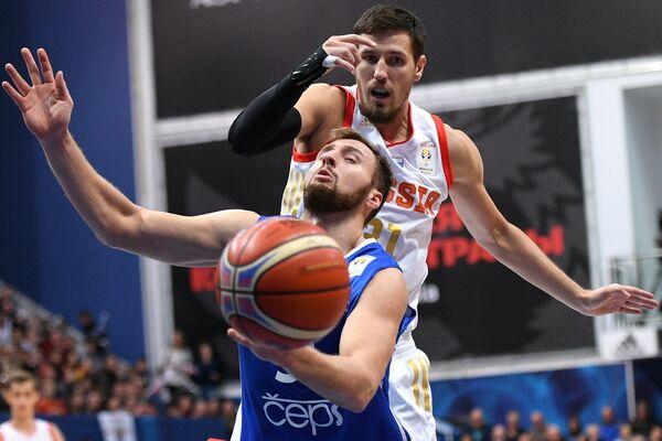 Игрок сборной Чехии Мартин Кржиж (слева) и игрок сборной России Евгений Валиев