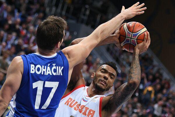 Игрок сборной Чехии Яромир Богачик (слева) и игрок сборной России Джоэл Боломбой