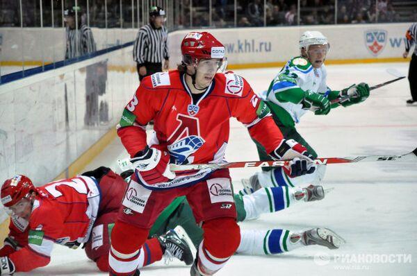Нападающий Локомотива Никита Клюкин (на первом плане)