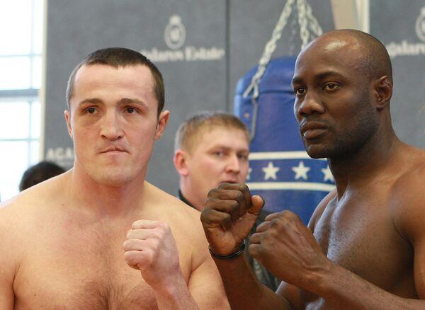 Боксеры Денис Лебедев (Россия) и Шон Кокс (Барбадос) (слева направо)