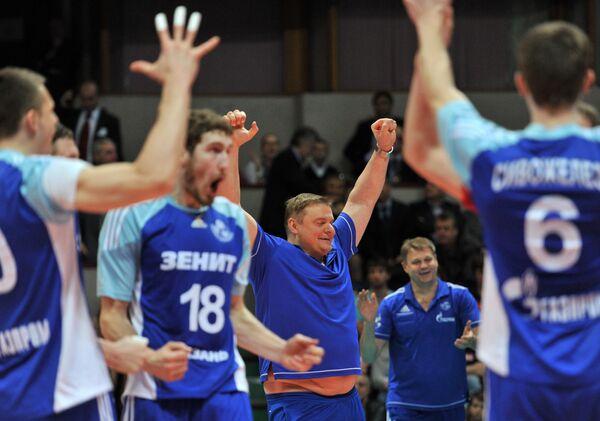 Волейболисты Зенита и главный тренер Владимир Алекно (в центре)