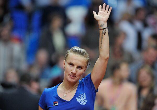 Российская теннисистка Светлана Кузнецова приветствует зрителей на матче Россия - Сербия. Первый день
