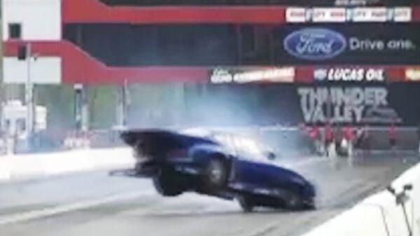 Автомобиль перелетел через забор и врезался в камеру на гонках в Бристоле