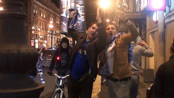 Петербуржцы отметили победу Зенита маршем с фаерами по улицам города