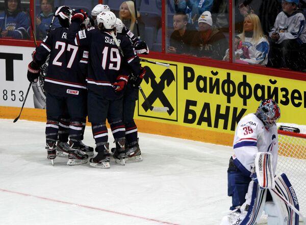 Хоккеисты США (слева)