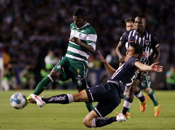 Игровой момент матча Велес Сарсфилд - Сантос