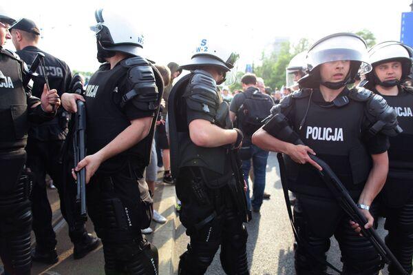 Польская полиция во время марша российских болельщиков в Варшаве