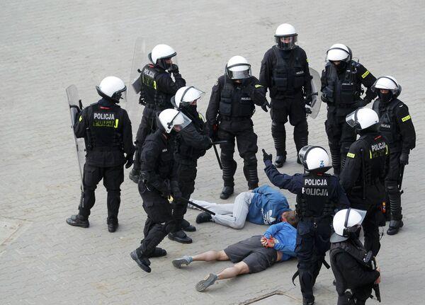 Польская полиция проводит задержания фанатов в Варшаве