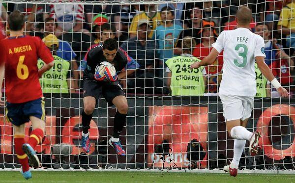 Rui Patricio (center) makes a save