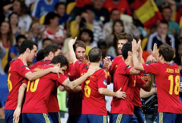 Игроки сборной Испании радуются голу