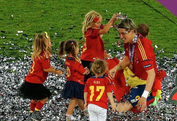 Фернандо Торрес на поле с детьми празднует победу в финале Евро-2012