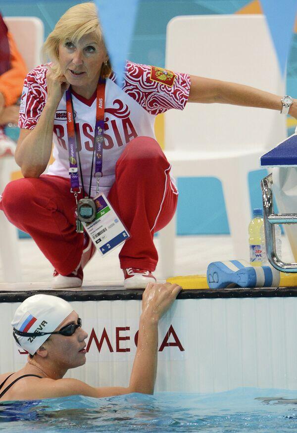 Российская пловчиха Анастасия Зуева и ее тренер Наталья Козлова