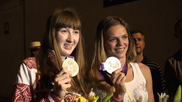 Ефимову и Коробейникову встретили овациями и завалили цветами в аэропорту