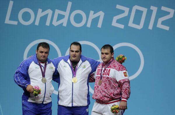 Слева направо:  Саджад Ануширавани (серебряная медаль), Бехдад Салими (золотая медаль) и Руслан Албегов.