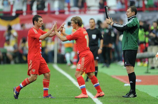 Андрей Аршавин (в центре) меняет на поле Алана Дзагоева (слева)