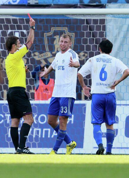 Владимир Рыков получает красную карточку