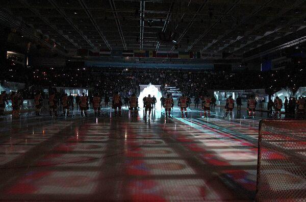 Игроки перед началом матча регулярного сезона КХЛ между ХК Сибирь (Новосибирск) и ХК Локомотив (Ярославль)