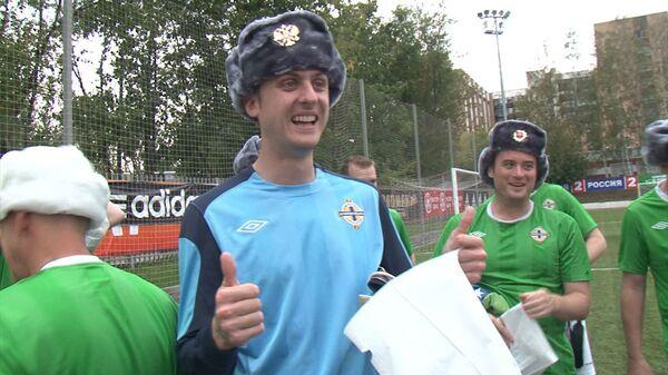 Российские фанаты футбола подарили североирландским коллегам шапки-ушанки