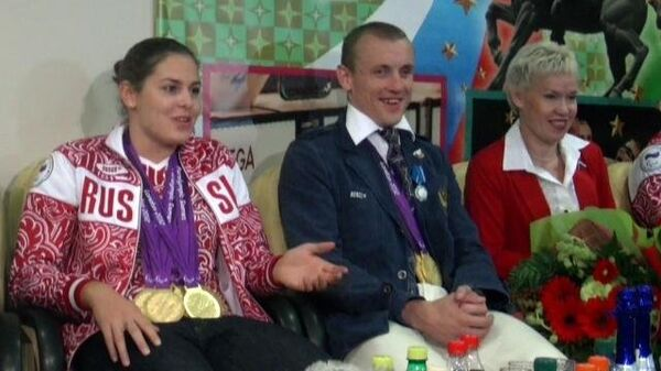 Чемпионов-паралимпийцев встретили речевками и плакатами в аэропорту