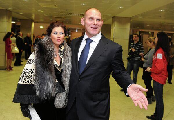 Член комитета Госдумы РФ по международным делам Александр Карелин с супругой
