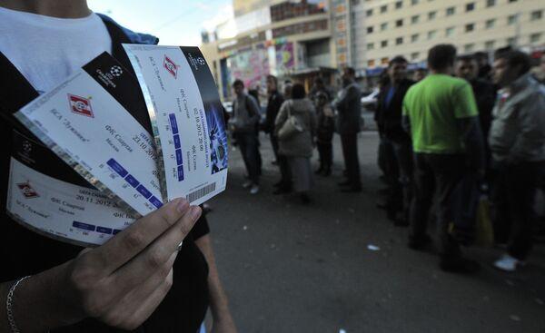 Болельщик с билетами