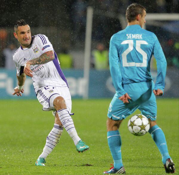 Игрок футбольного клуба Андерлехт Марцин Василевски и игрок Зенита Сергей Семак (слева направо)