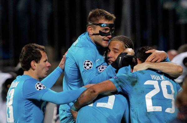 Игроки футбольного клуба Зенит радуются голу