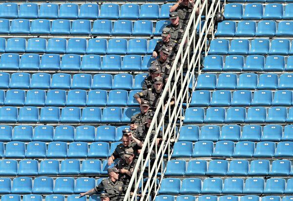 Сотрудники полиции на стадионе Петровский