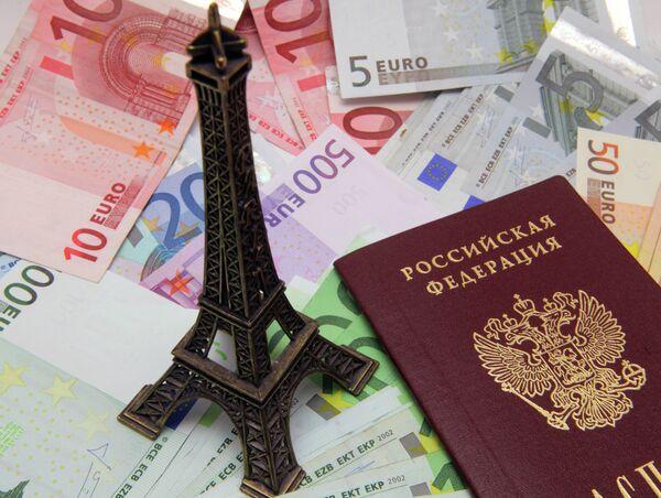 Купюры евро и российский паспорт