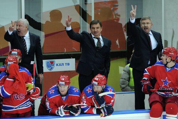 Тренер ЦСКА Владимир Попов и главный тренер ЦСКА Валерий Брагин (слева направо на втором плане)