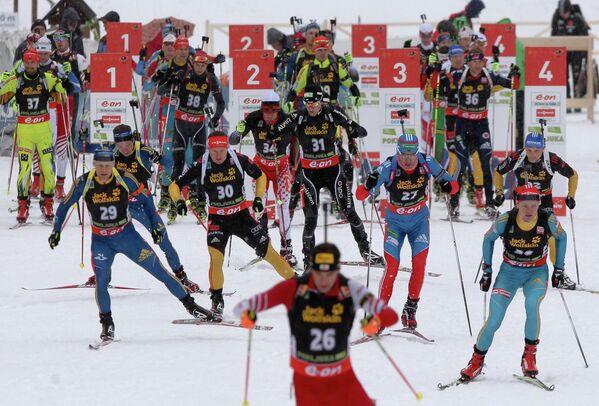 Участники мужской гонки преследования на третьем этапе Кубка мира по биатлону 2012/13 в словенской Поклюке.