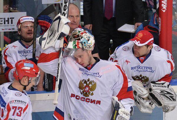 Константин Барулин (в центре) и хоккеисты сборной России