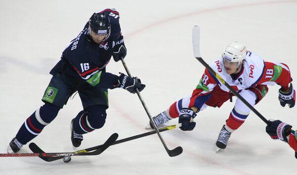 Игрок хоккейного клуба Слован Роман Кукумберг и игрок Локомотива Сами Леписте (слева направо)