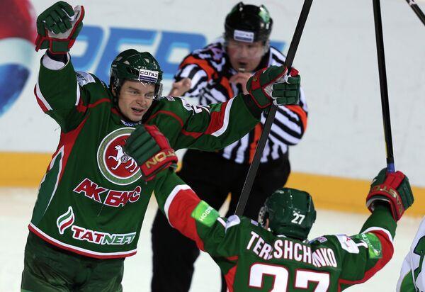 Игроки Ак Барса Янне Песонен и Алексей Терещенко (слева направо)