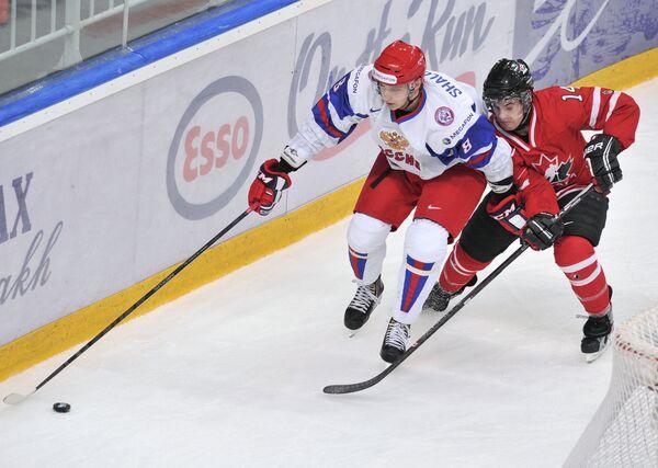 Игрок сборной России Максим Шалунов (слева) и игрок сборной Канады Райан Мерфи