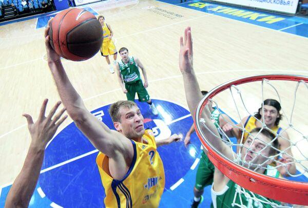 Баскетболист Химок Сергей Моня (слева на первом плане)